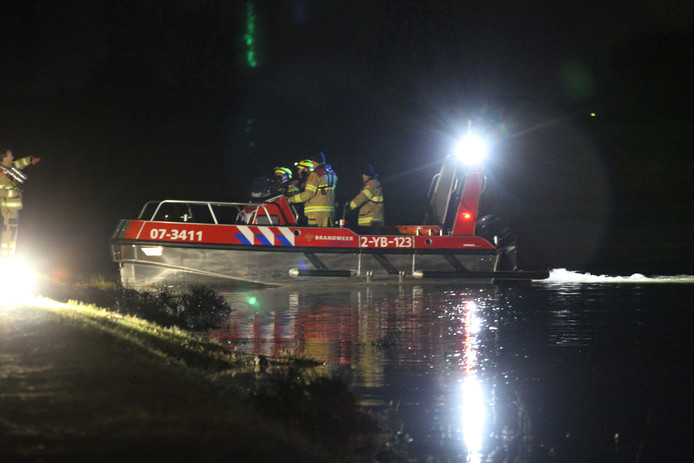 Hulpdiensten zijn met veel materieel uitgerukt om naar de inzittenden en de boot te zoeken.