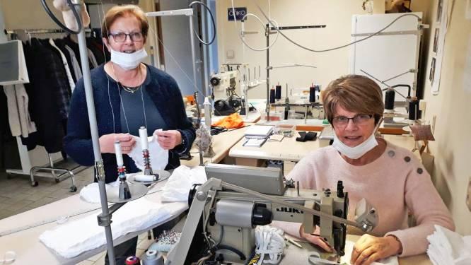 """Magda en Frieda stellen vakantie uit om mondmaskers te stikken: """"Dit is onze bijdrage in strijd tegen corona"""""""