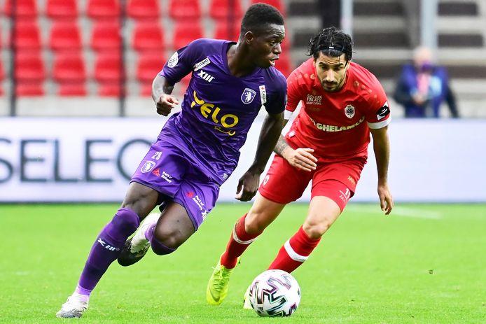 Een beeld uit de Antwerpse derby tussen Beerschot en Antwerp van dit seizoen: Coulibaly versus Refaelov.