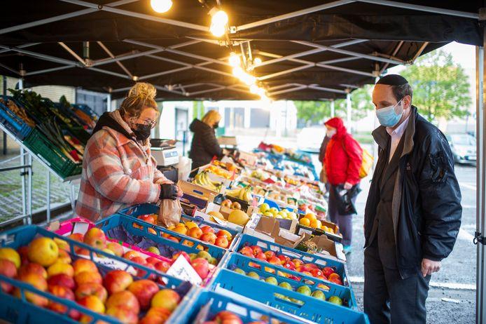 Voorlopig is het fruit- en groentekraam van Kris Van Hoof het enige op de donderdagmarkt op Luchtbal. Districtsschepen Samuel Markowitz (Open Vld) kwam het alvast uittesten.