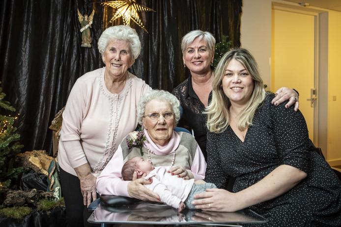Vijf generaties vrouwen bijeen. Achterkleindochter Maureen van Zomeren vlijt haar drie weken oude dochtertje Benthe in de armen van haar betovergrootmoeder Gerritje Rozenboom. Linksachter Gerritjes dochter Janny van Koutrik en daarnaast kleindochter Wilma van Koutrik.