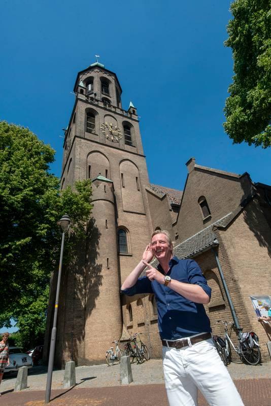 Jan van Dellen luistert naar hoe het carillon in Huissen het songfestivallied van Duncan speelt.