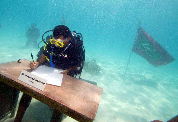 Toen een ludieke protest, nu een steeds dreigender actualiteit: president Mohamed Nasheed van de Malediven hield tien jaar geleden, op  17 oktober 2009, een kabinetszitting onder water.