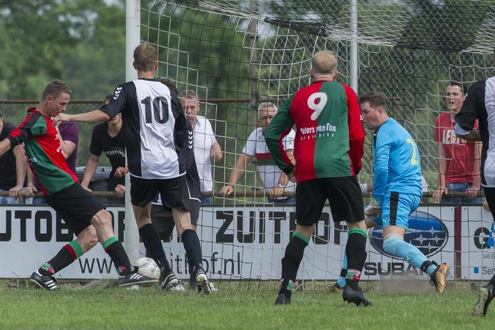Archieffoto: WAVV Mike Jansen (L)  schiet op het doel, Mike Molenaar kijkt toe.