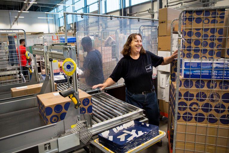 pakketbezorger Post NL. grote stijging van het aantal pakketten door meer online winkelen. distributie, sorteer centrum foto: ARIE KIEVIT Beeld Arie Kievit