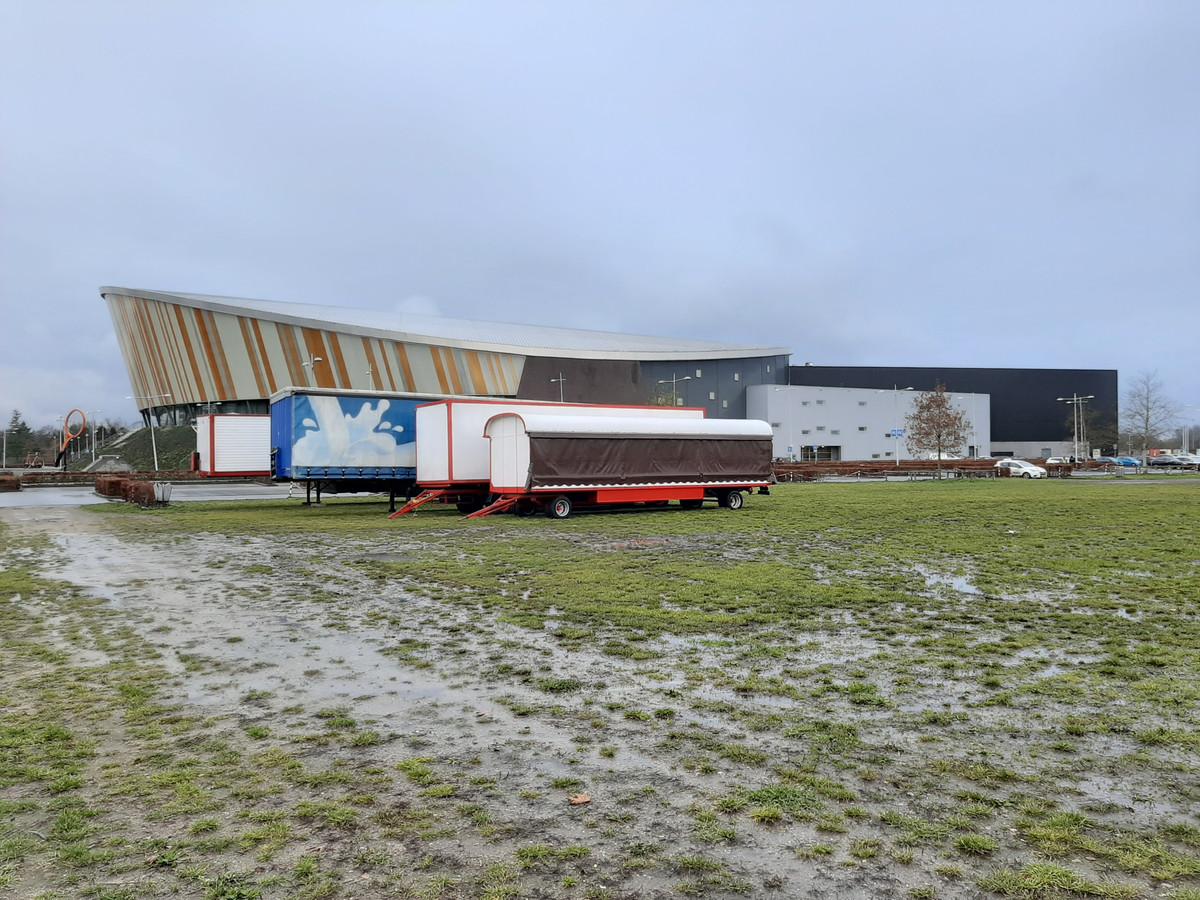 De eerste vrachtwagens staan inmiddels op het circusterrein aan De Voorwaarts.