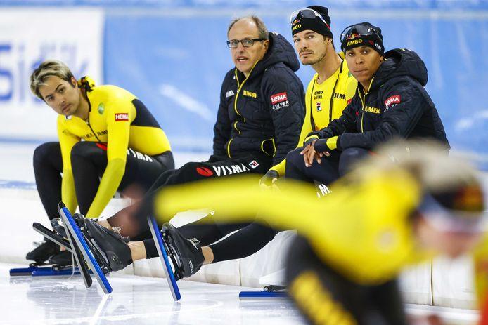 Kai Verbij , coach Jac Orie, Hein Otterspeer en Dai Dai Ntab van Team Jumbo-Visma tijdens een training voorafgaande aan de teampresentatie de schaatsploeg in ijsstadion Thialf.
