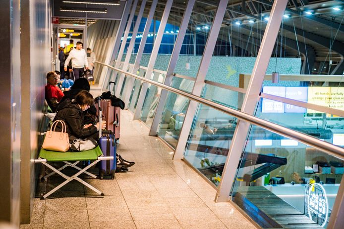 Passagiers slapen op Eindhoven Airport omdat er niet meer gevlogen kan worden vanwege de mist.