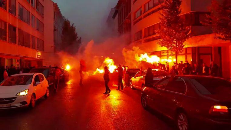 Foto van een trouwstoet in november vorig jaar, ook in Antwerpen. Mannen blokkeerden toen het verkeer in de Lange Lozanastraat en staken Bengaals vuurwerk af.