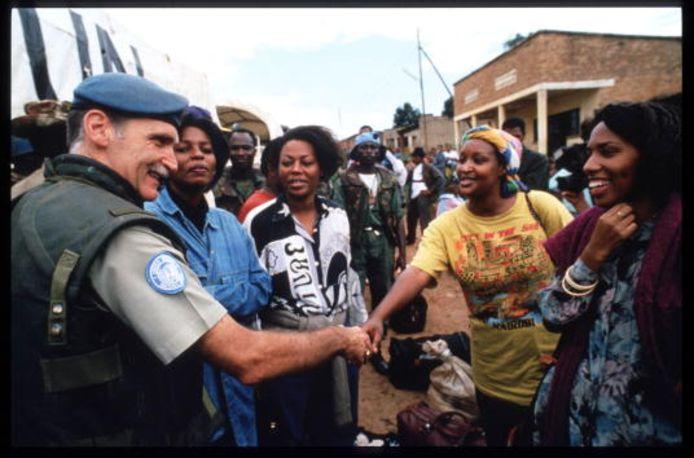 Twee keer Roméo Dallaire als blauwhelm in Rwanda. De foto links is genomen in Tutsi-vluchtelingenkamp Kabuga, anderhalve maand na het begin van de genocide.