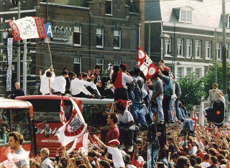 De Ajax-spelers verlieten het Museumplein na de huldiging op de bus richting Oosterdok. Vanaf het Scheepvaartmuseum maakten de spelers een rondvaart door de Keizersgracht. Beeld ANP