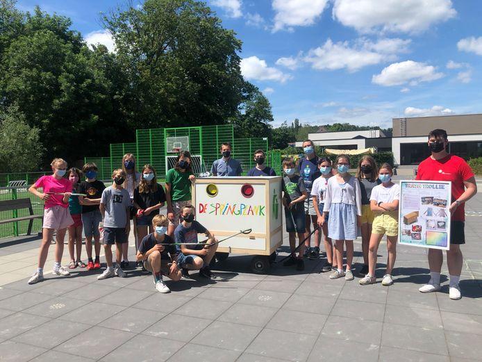 De leerlingen van het zesdejaar bedachten de Trash Trollie, studenten van de Hogeschool PXL Limburg ontwierpen ze en leerlingen van de Piso bouwden het.