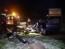 Automobilist rijdt lantaarnpaal uit de grond in Vortum-Mullem
