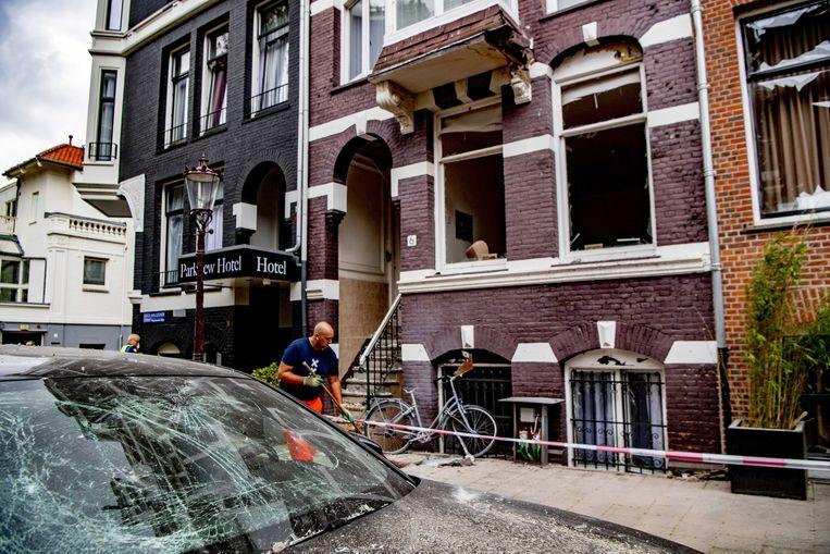 Een explosie bij Hotel Parkview in de Korte van Eeghenstraat veroorzaakte schade aan meerdere panden en voertuigen. Beeld ANP