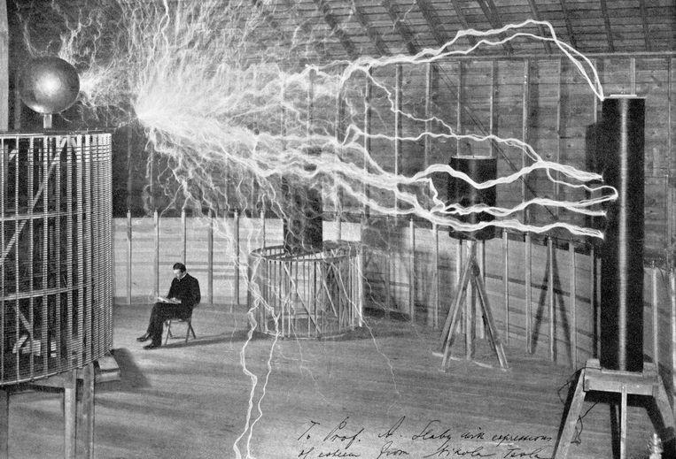 Nikola Tesla tijdens een van zijn beroemde experimenten. Beeld Getty