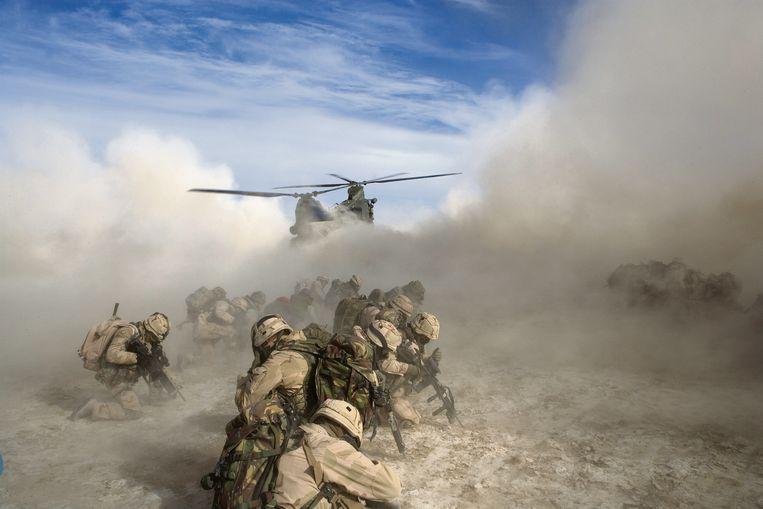 Nederlandse militairen in actie in Kandahar. Beeld Hennie Keeris