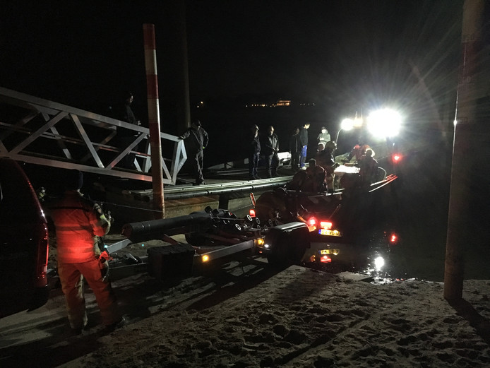 In beeld: de tweede keer dat de brandweer moest uitrukken voor de 'vuurboot': het scheepje blokkeerde de havenmond. Eerder op de middag blusten de spuitgasten brand aan boord. Toen moest de IJsselkade worden afgesloten om hulpverleners ruim baan te geven.