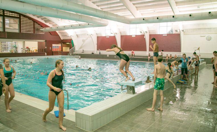 Vooral scholen maken gretig gebruik van de openingsuren van het zwembad, waardoor gewone recreatieve zwemmers moeilijker aan bod komen.