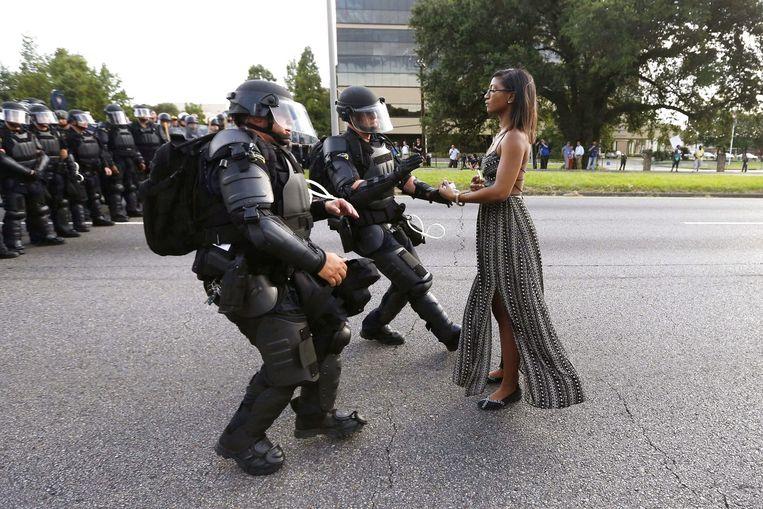 Twee agenten van de Amerikaanse oproerpolitie arresteren Ieshia Evans in 2016, tijdens protest tegen het politiegeweld. Beeld REUTERS
