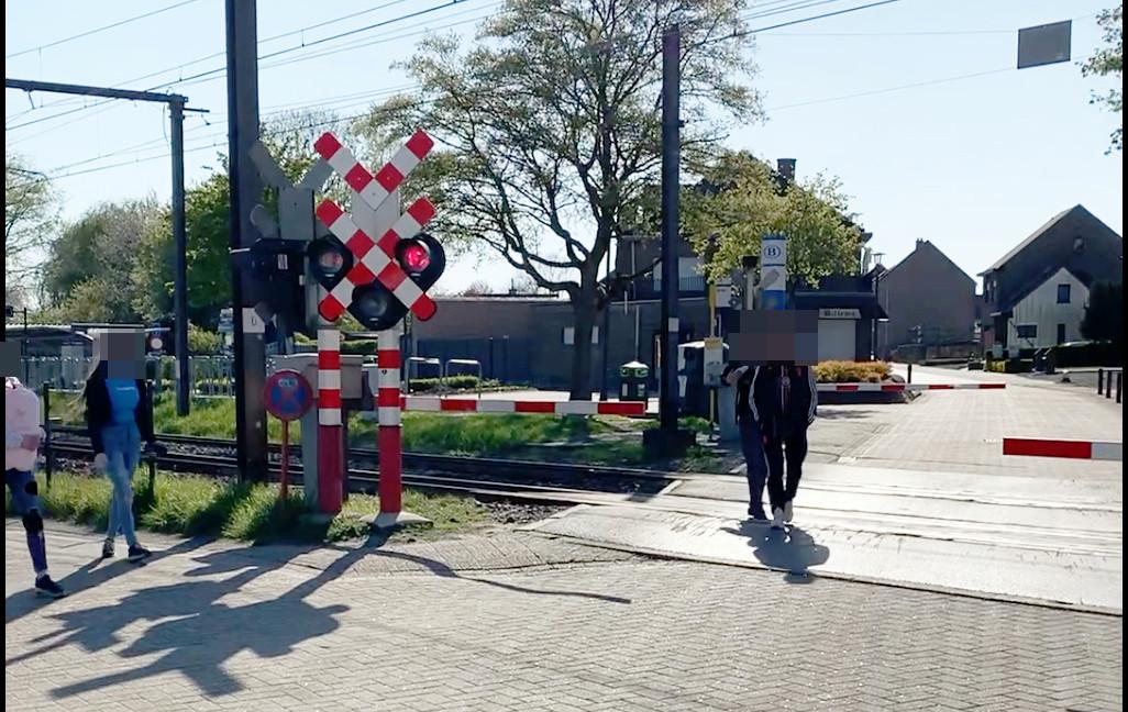 Op de videobeelden is te zien hoe de twee jongens na een passerende trein de overweg oversteken op het moment dat de slagbomen nog gesloten zijn.