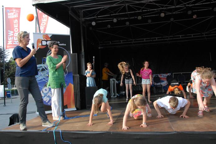 Gertruud Verwoert (Flik-Flak) en Chiara Beltramini (Liliane Fonds) moedigen de kids aan tijdens de Burpee Challenge.