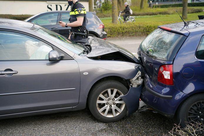 Twee van de auto's die bij de botsing in Zevenaar betrokken raakten.