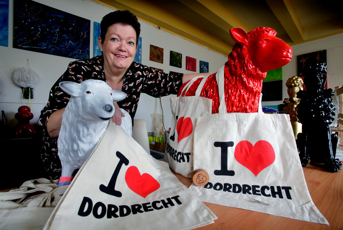 De Dordtse Erica de Winter met haar I Love-tassen.