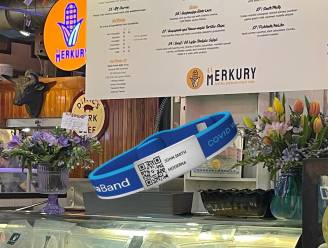 Personeel restaurant in Philadelphia draagt armband als bewijs van vaccinatie