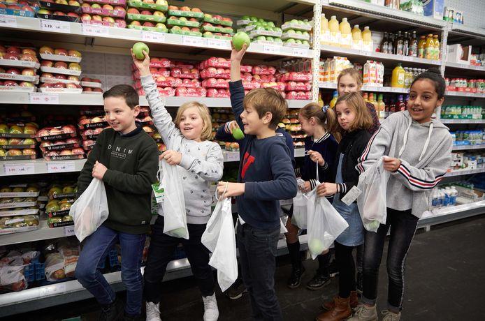 De kinderen van basisschool Mandelbloesem kregen tijdens de rondleiding in Colruyt een herbruikbaar zakje met een appel.