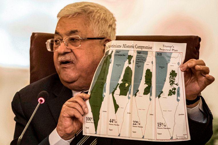 Palestijns president Mahmoud Abbas toont kaarten van het historische Palestina, het VN-verdelingsplan uit 1947, de grenzen tussen 1948 en 1967, en de huidige situatie. Beeld AFP