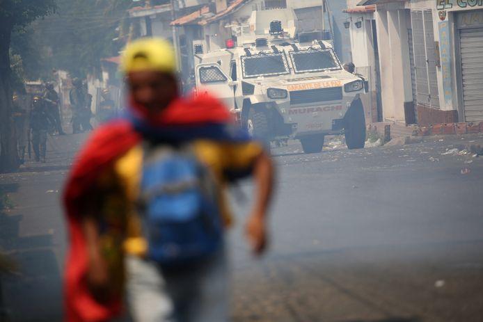Een activist rent weg wanneer het Venezolaanse leger opduikt in Urena, Venezuela.