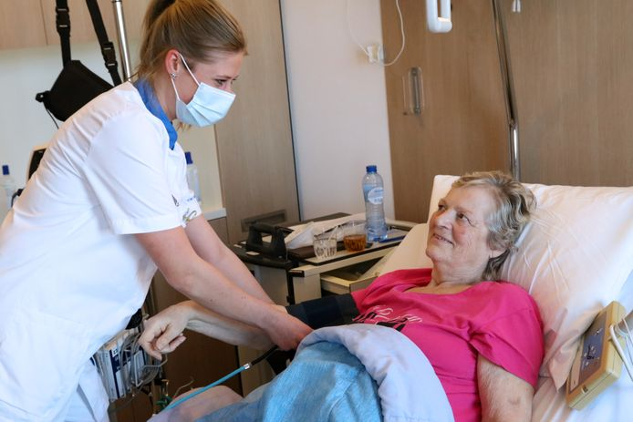 """Regieverpleegkundige Elisa van den Burg met een patiënt op een verpleegafdeling van het Reinier de Graaf ziekenhuis. ,,Kritisch kijken naar regeldruk."""""""