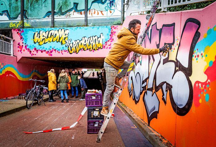 De fietstunnel aan de Dubbeldamseweg-zuid wordt voorzien van felgekleurde graffiti. Pieter van der Beek is één van de acht kunstenaars.