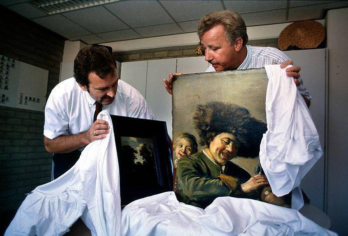 Het schilderij Twee lachende jongens hier op archiefbeeld, nadat het in 1991 werd teruggevonden.