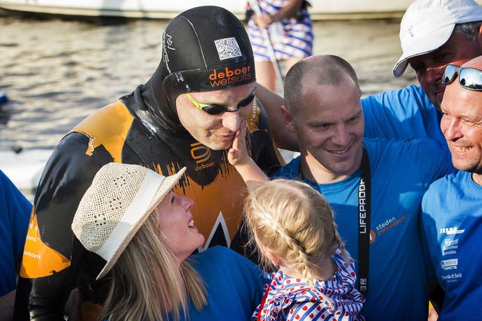 LEEUWARDEN - Maarten van der Weijden wordt begroet door zijn vrouw Daisy en dochter na de finish in Leeuwarden na zijn tweede poging om de Elfstedentocht te zwemmen.