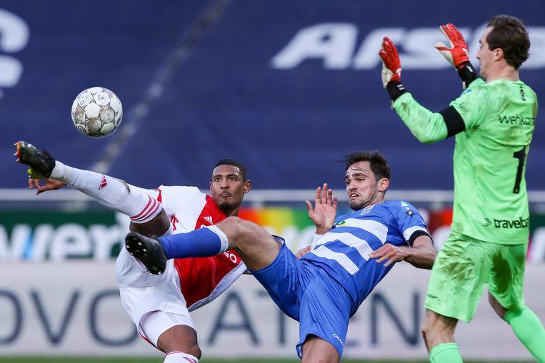 Ajax-spits Sébastien Haller trapt de bal naar het doel van Zwolle. Beeld Photo News
