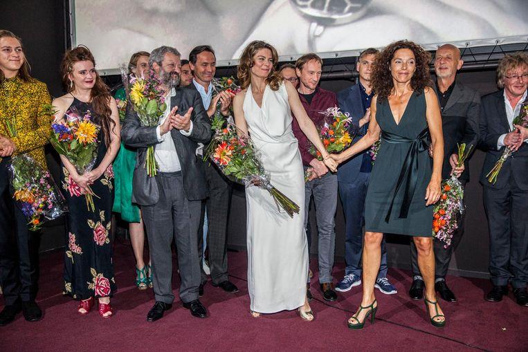 De crew op het podium. Regisseur Paula van der Oest: 'Dat de film gaat over mensen die echt bestaan, maakte het productieproces nog net iets ingewikkelder.' Beeld Schuim