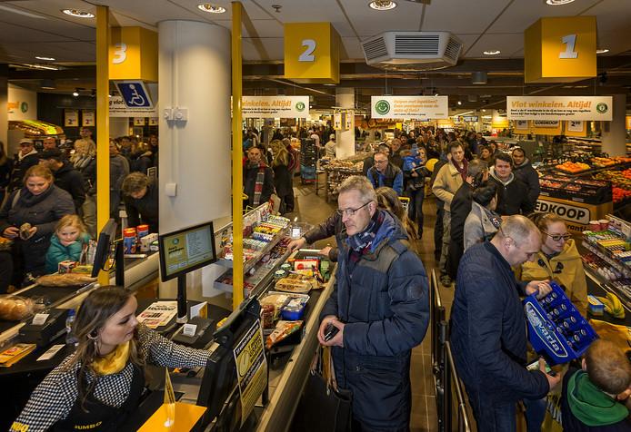 Drukte alom op de eerste dag waarop de Jumbo-vestiging in Waddinxveen op zondag de deuren opende, in februari 2015