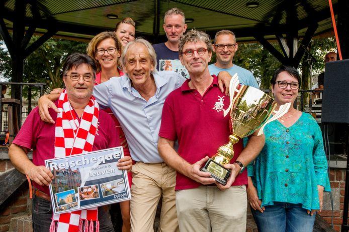Wil Princen en Wil van Haren, van brouwerij Wilskracht uit Ravenstein, laten zich als winnaars van Brabants Lekkerste Bier fêteren door de jury met René Bastiaanse als voorzitter.