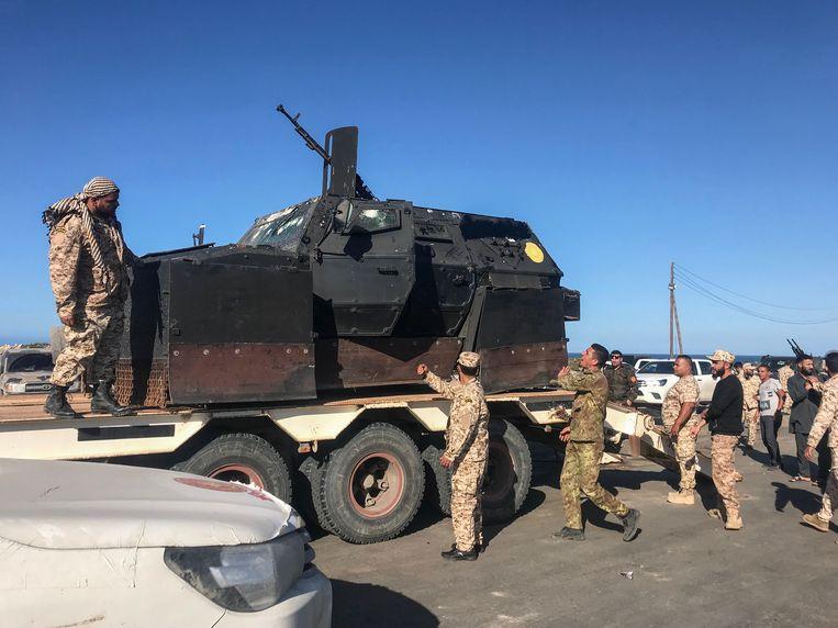 Troepen loyaal aan de Regering van Nationaal Akkoord (GNA)  arriveren zaterdag in Tajura, een buitenwijk van Tripoli aan de kust. Beeld AFP