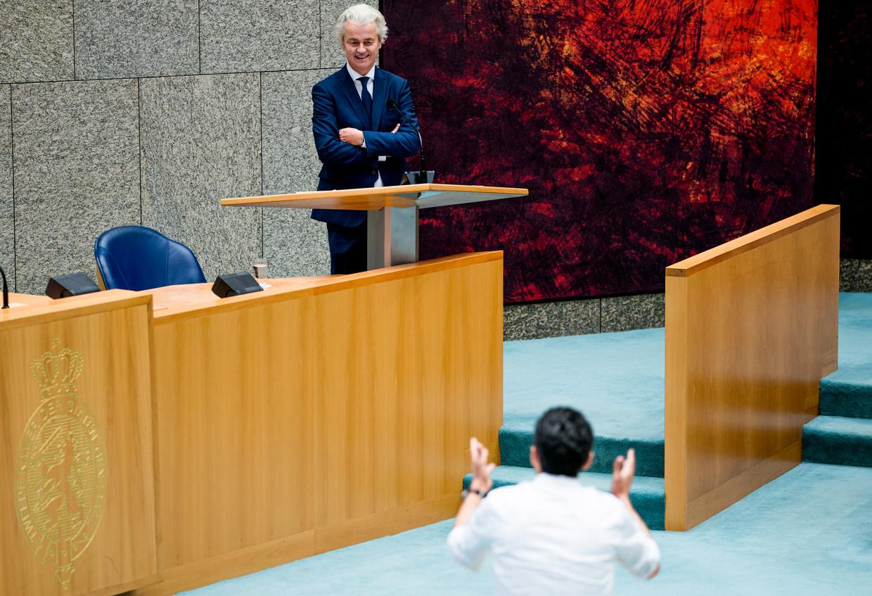 Geert Wilders (PVV) in gesprek met Farid Azarkan (DENK) tijdens het debat over institutioneel racisme.  Beeld Freek van den Bergh / de Volkskrant