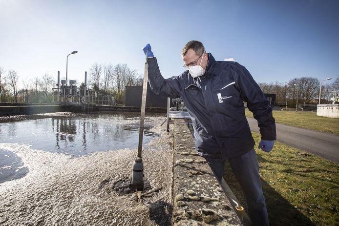 Radboud Wildemors neemt een watermonster.