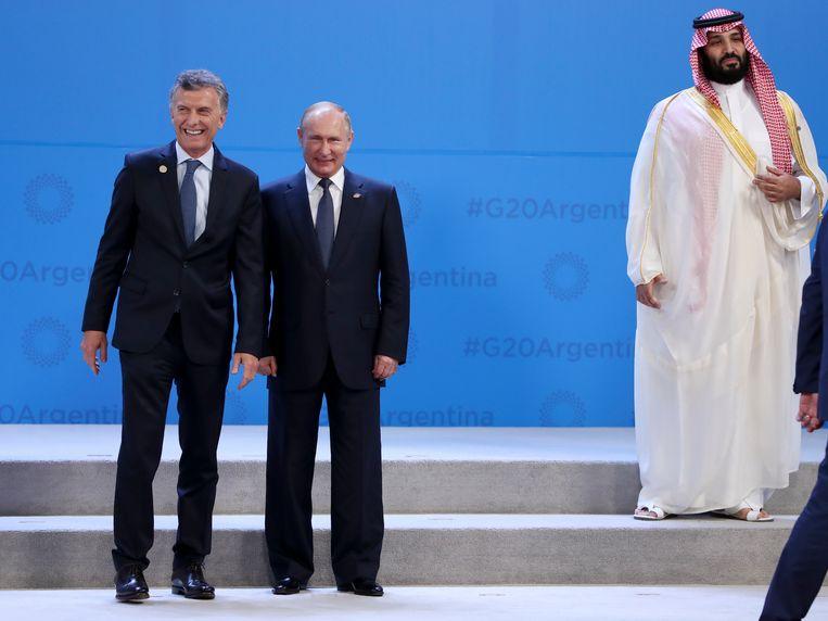 Argentijns president Mauricio Macri met Russisch president Vladimir Poetin terwijl de Saudische kroonprins bin Salman apart staat.