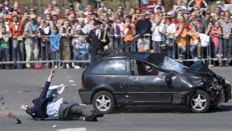 Tientallen toeschouwers zien hoe Karst Tates mensen van de weg maait. Miljoenen tv-kijkers in Nederland zagen de aanslag live. Beeld anp