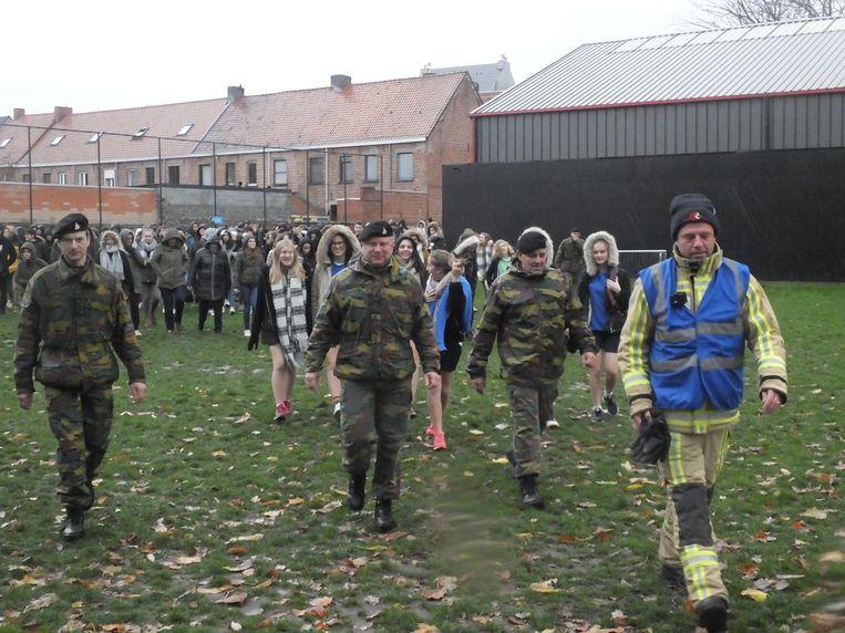 De brandweer en militairen begeleiden de leerlingen van Leiepoort campus Sint-Hendrik naar veiligere oorden.