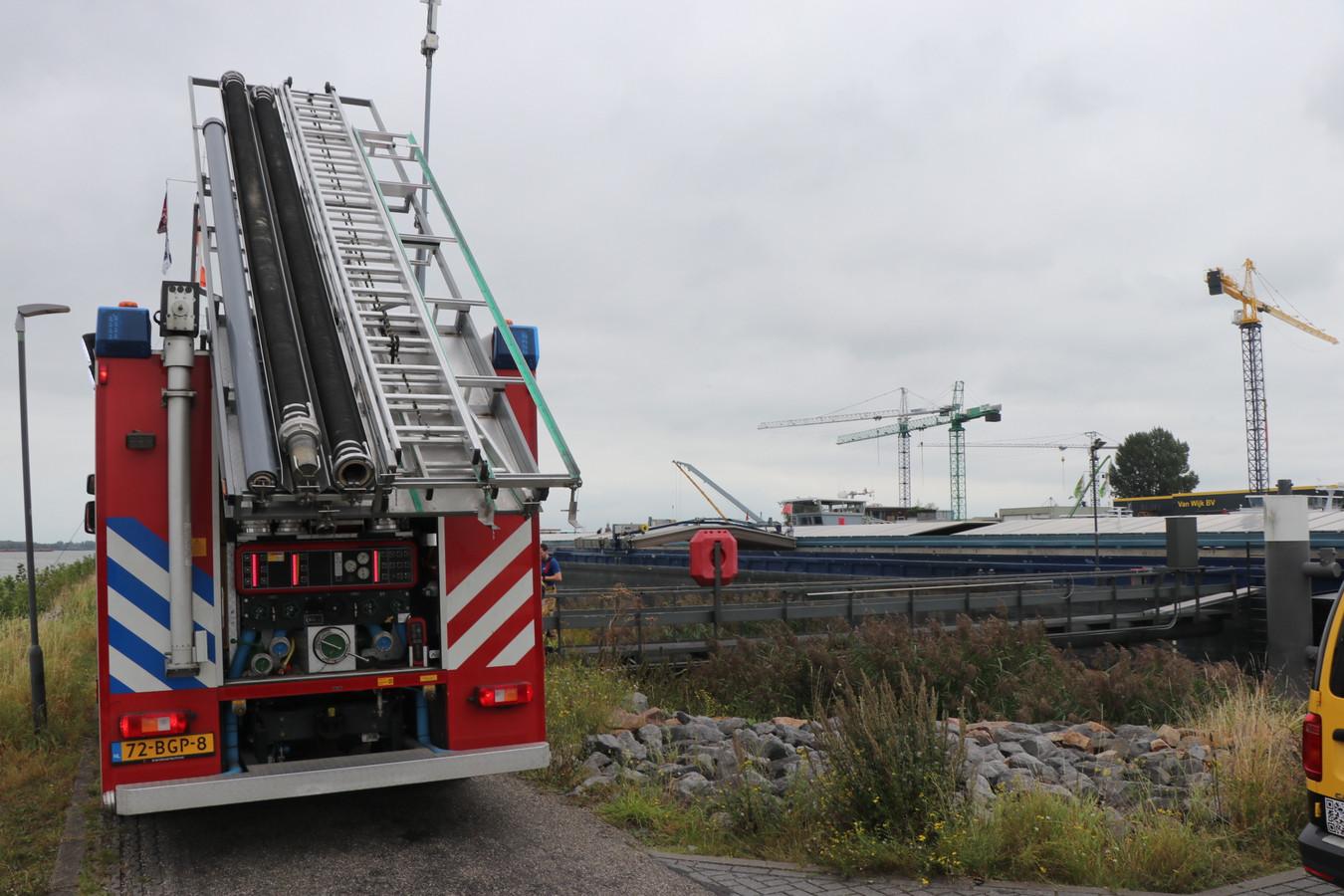 Een man viel in het ruim van een schip in de Beatrixhaven in Werkendam. Hij raakte hierbij gewond.