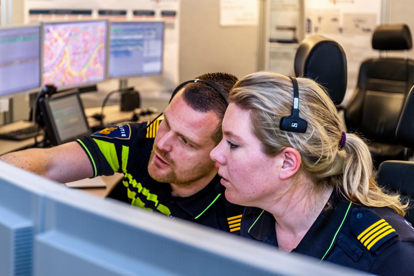 De regionale servicecentra van de politie schakelen naar elkaar door, waardoor bellers korter in de wacht staan. Foto ter illustratie.