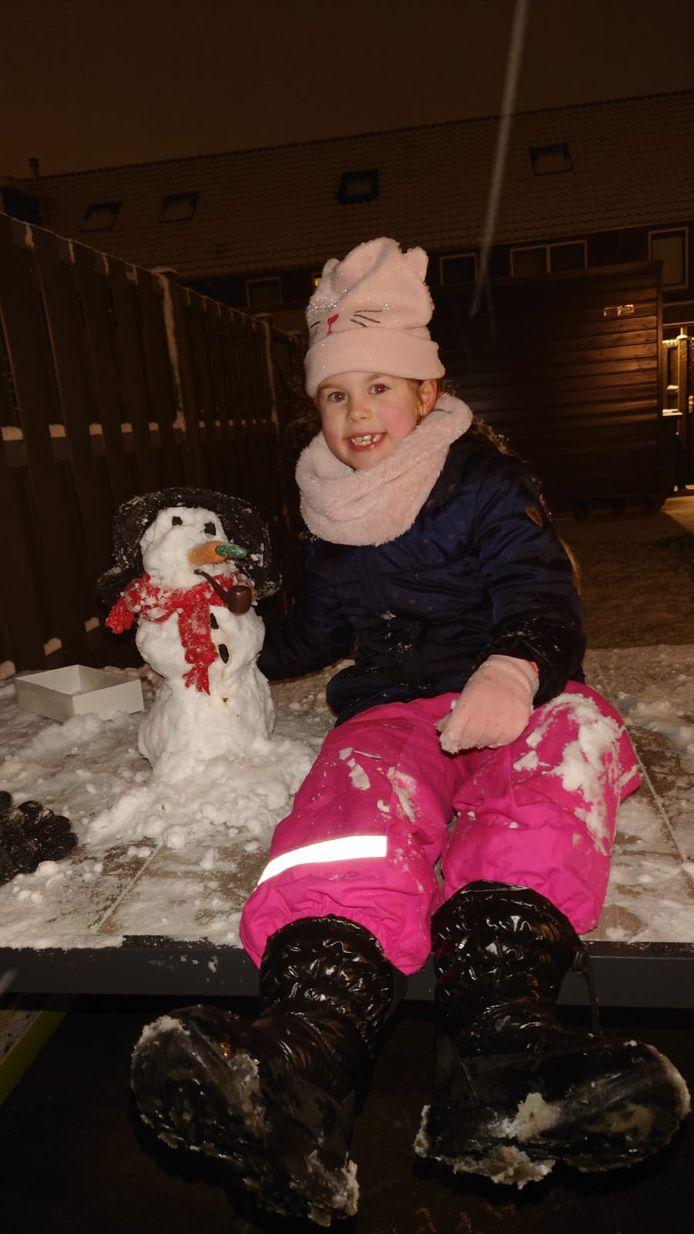 Onze sneeuwpret. Minimale middelen, maximaal plezier. Op de foto staat onze dochter Elise van Veen (6) met haar sneeuwvrouwtje. Geen sneeuwmannetje natuurlijk, meisjes zijn veel leuker