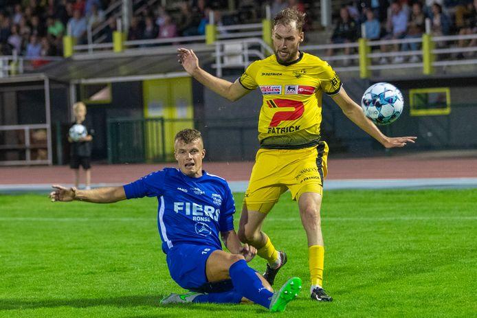 Een beeld uit de eerste derby van dit seizoen: Ben Bogaert (Olsa) tackelt de bal uit de voeten van Oudenaarde-aanvaller Kristof Verspeeten.