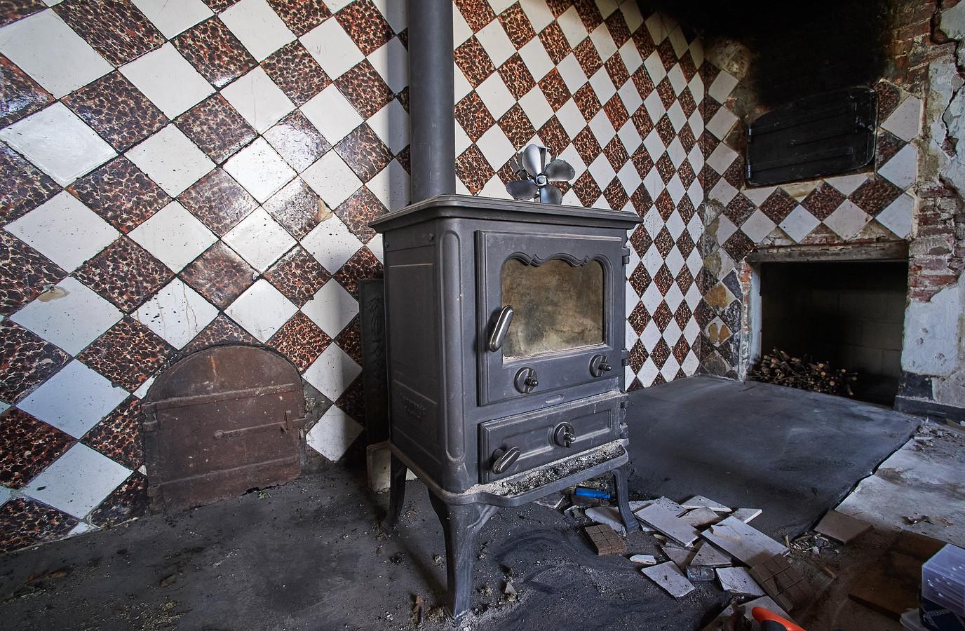 Links op de foto het sopluik in de brandmuur . Dit was een doorgeefluik voor kolen.